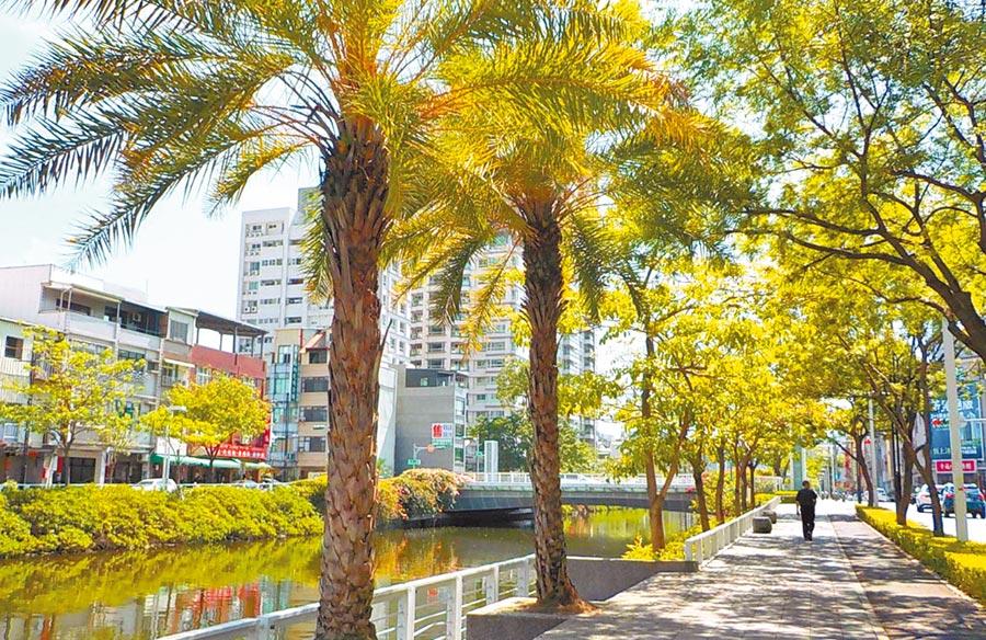 幸福川沿岸寬敞的人行道空間,是附近居民散步的好去處。(高雄市政府提供)
