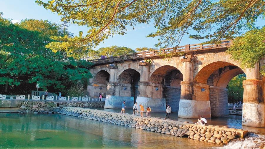 關西東安古橋橫跨牛欄河親水公園,是親子必遊景點。(新竹縣政府提供)