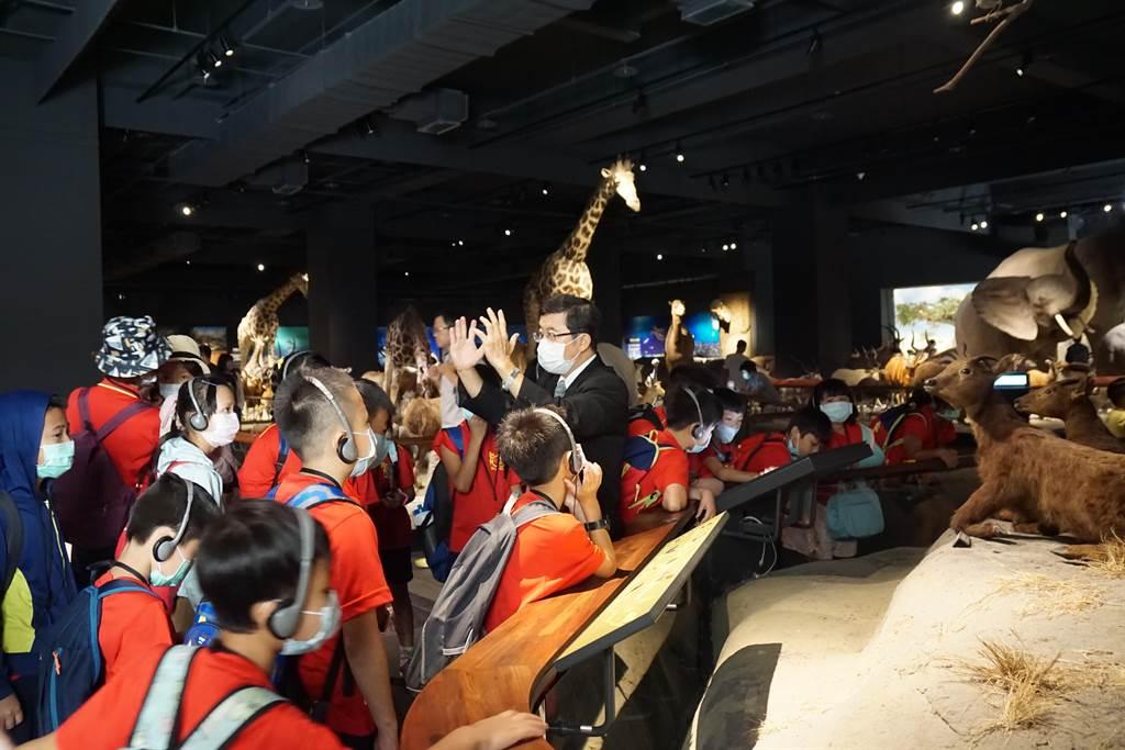 薛伯輝基金會27日邀請高雄市美濃區龍肚國小生,參觀奇美博物館。(鍾蔡瑛珠提供/李宜杰台南傳真)