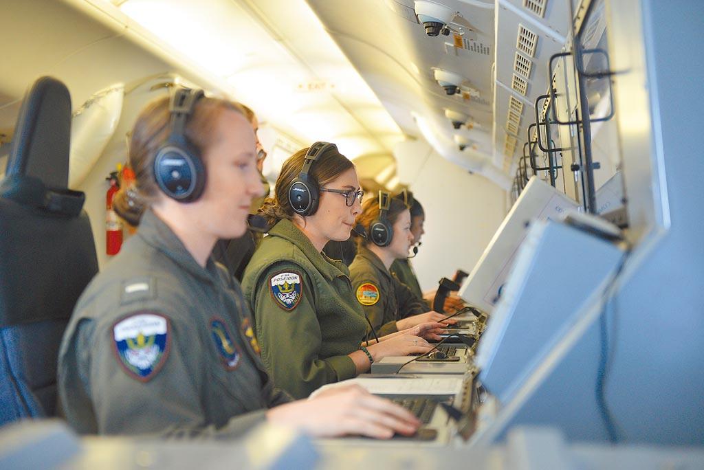 一架美国海军P-8A海神式海上巡逻机近日在南海巡弋时,同时对海面与陆地进行情搜。(取自美国海军官网)