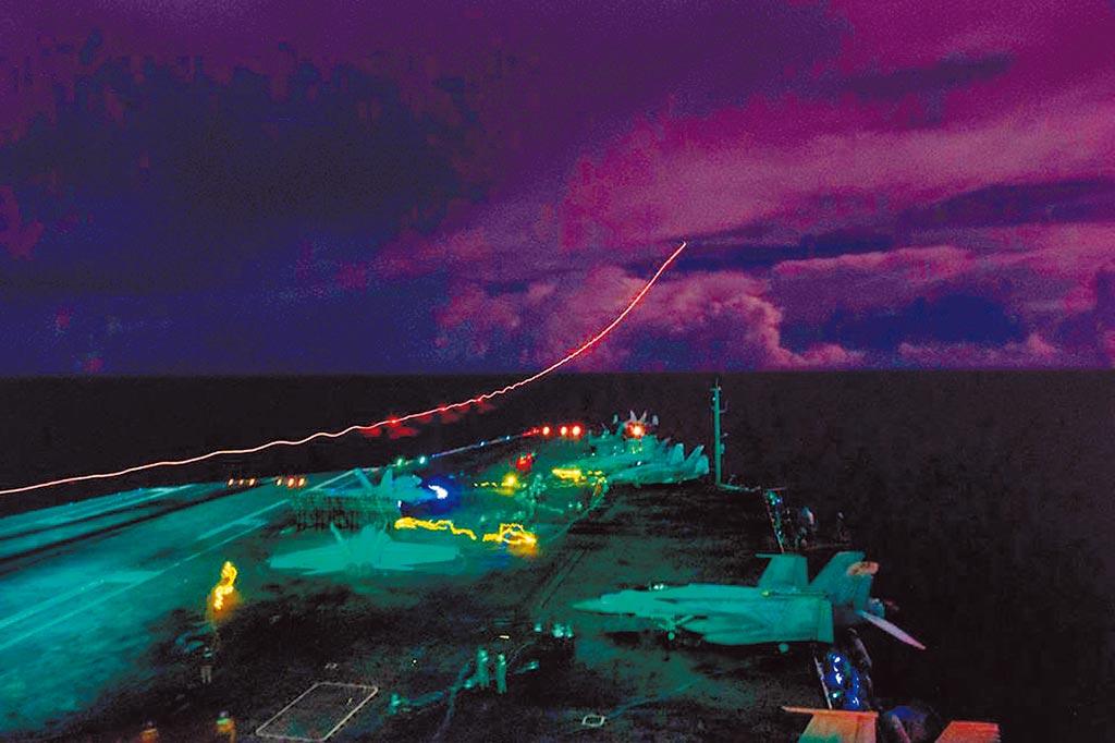 7月4日美国国庆日,美国双航母进入南海,「尼米兹号」航母超级大黄蜂战斗机并夜间起飞演训。 (取自美太平洋舰队脸书)