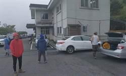 見笑轉生氣?合歡山3車亂停 擋車登山客現身嗆:停安捏嘸殺毋丟?