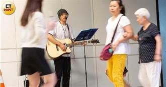 流浪到台北1/失去所有親人 日籍設計師雙北街頭彈吉他賣唱
