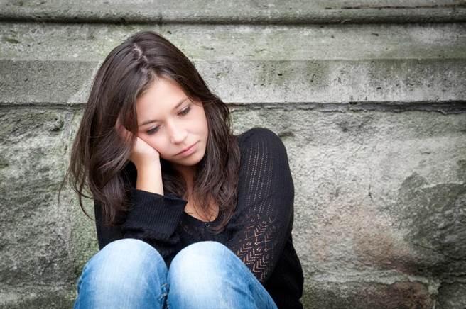 據統計,Y世代女性被診斷出患有嚴重憂鬱症的比例是男性的2倍。(達志影像/shutterstock)