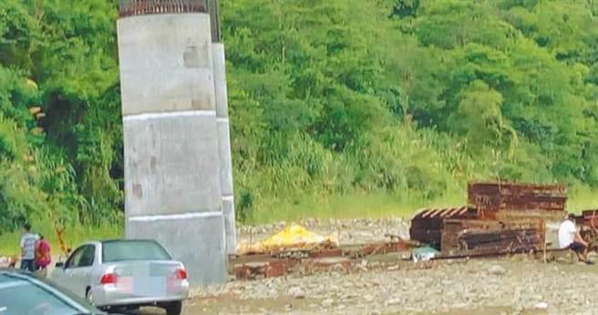 嘉義縣番路鄉觸口橋下昨日傳出有宗教團體放生牛蛙,還燃燒大量紙錢。(圖/城鄉河溪論壇臉書)
