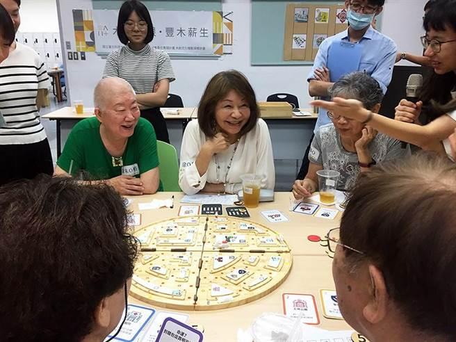 北科大及台大学生开发健脑桌游,长辈体验时展现开心笑容。(北科大提供/林志成台北传真)