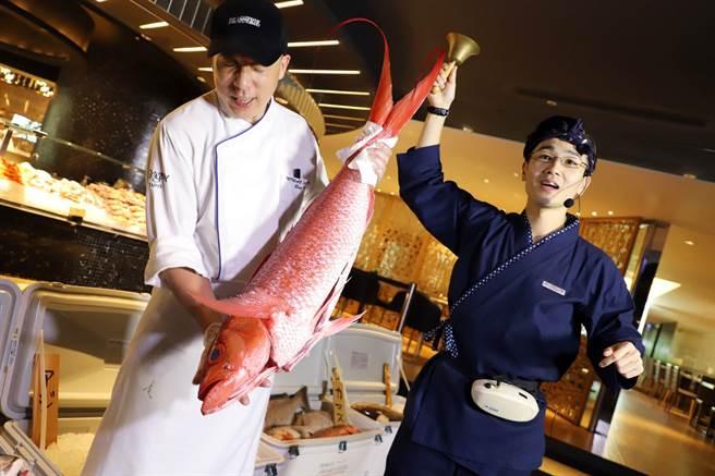 晶華柏麗廳規畫出「築地魚市」的氛圍,了解日本漁獲市場的競標文化。(晶華提供)