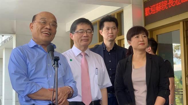 苏贞昌(左),由蔡培慧(右)等人陪同访视中兴新村。(廖志晃摄)