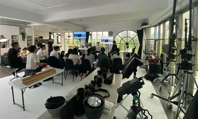 台灣大學創意創業學程邀請楊立與楊杰兩兄弟舉辦講座,講述影像拍攝專業技巧。(壹加壹攝計工作室提供)