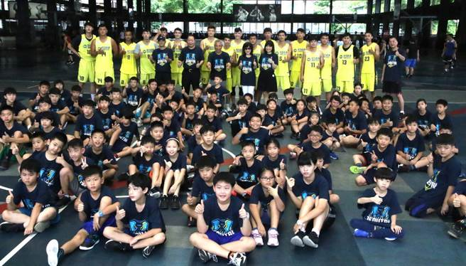 高雄九太全體球員跟籃球營學員合影留念。(高雄市政府運動發展局提供)