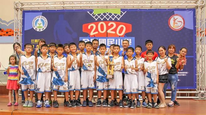芎林國小男籃獲全國國小籃球錦標賽殿軍,創隊史最佳成績。(縣府提供/羅浚濱新竹傳真)