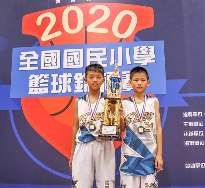 芎林國小藍球隊選手黃楷鈞(左)和田易弘(右)獲選明星球員。(縣府提供/羅浚濱新竹傳)