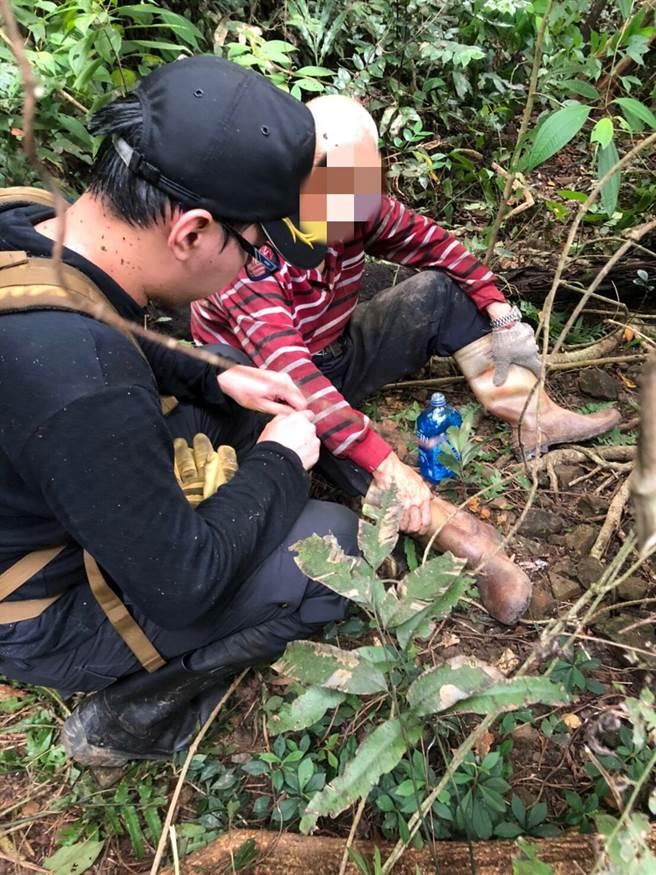 警消27日下午找到採筍失蹤的基隆8旬翁。(翻攝畫面/張穎齊基隆傳真)