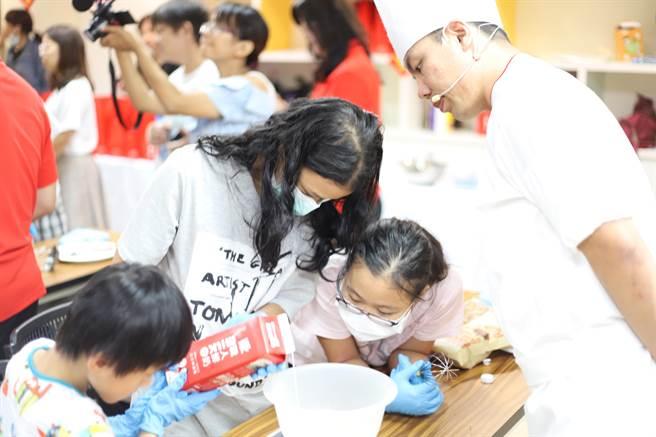 开元食品也与家扶合作烘焙课程,让儿少们体验。(开元食品提供)