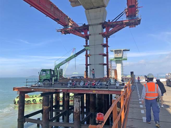 2011年開工以來一波三折,目前加緊趕工中的金門大橋。(李金生攝)