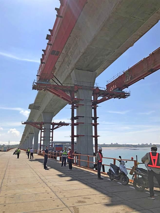銜接大、小金門,含引道全長5.4公里,總建設經費約新台幣75億元的金門大橋,目前由東丕營造加緊趕工中。(李金生攝)