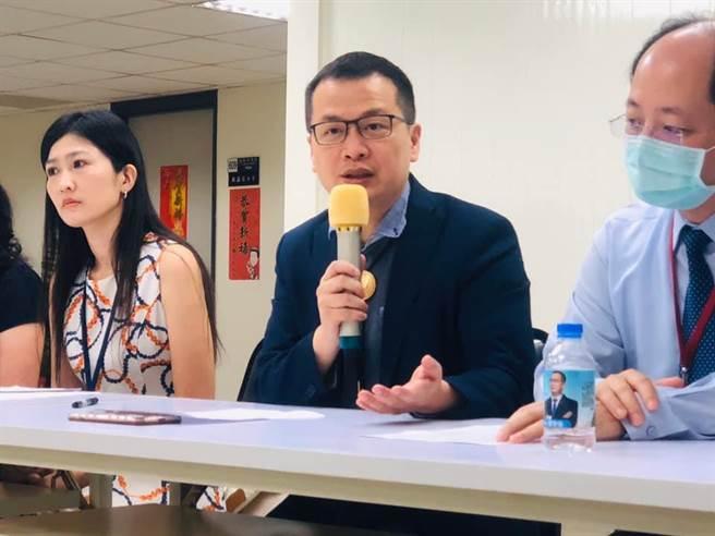 台北市议员罗智强今在脸书发文,要苏贞昌不要再硬拗。(摘自罗智强脸书/谭宇哲传真)