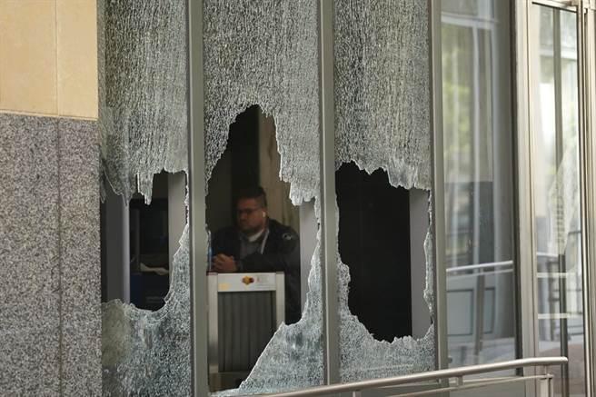 加州奥克兰的游行,出现抗争者砸窗并焚烧法院。(图/美联社)