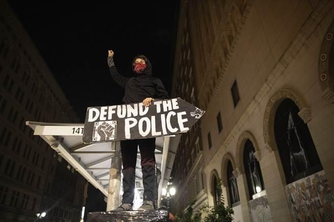 抗争者拿着「警察离开」的标语。(图/美联社)