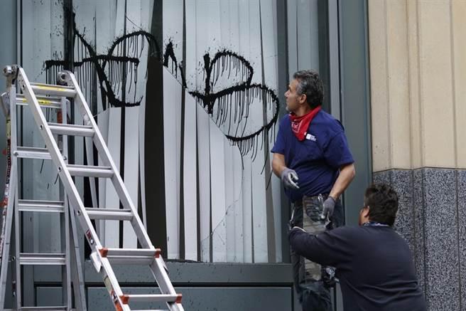 抗争者破坏窗户,并胡乱喷漆。(图/美联社)