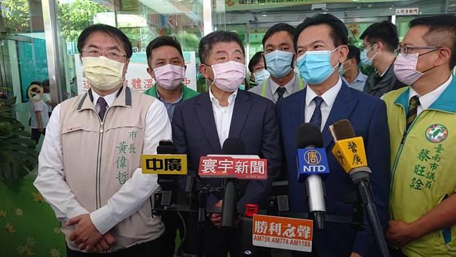 卫福部长陈时中(黑西装者)参加部立台南医院日照中心成立典礼,解释防疫奖励金迟发问题。(程炳璋摄)