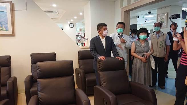 卫福部长陈时中(黑西装者)参观部立台南医院成立的日照中心设备。(程炳璋摄)