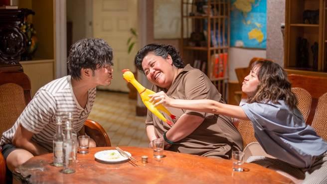 锺欣凌、黄姵嘉、张书伟即将齐聚「珍贺斋」,三人在酒精的催化下达成协议。(公视提供)