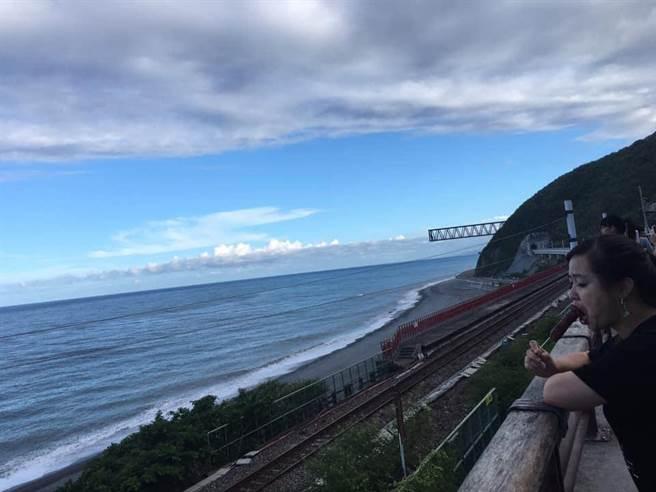 1張在鐵路旁的海景,被拍的女社員竟然是眼睛閉上大吃香腸。(翻自爆廢公社)