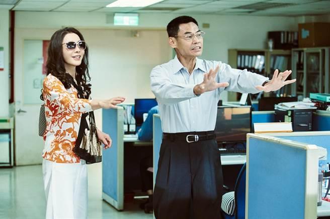 《三春记》陈美凤及夏靖互动逗趣。(民视提供)