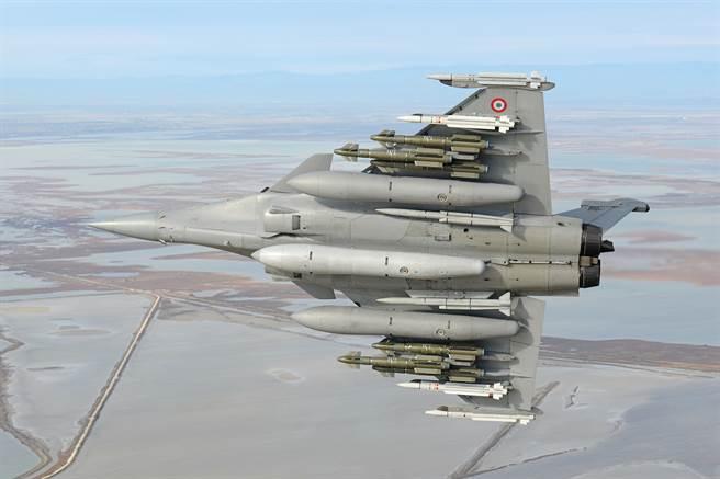 全副武裝的飆風戰機,翼梢配「雲母」飛彈(MICA),翼身中間綠色的就是鐵鎚飛彈。而貼著機身則有流星長程空對空飛彈。(圖/達梭航太)