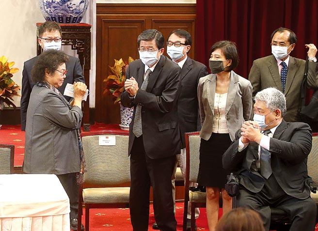 图为总统府监委提名人选记者会结束后,陈菊(前左)向各监委提名人致意。(本报资料照片)
