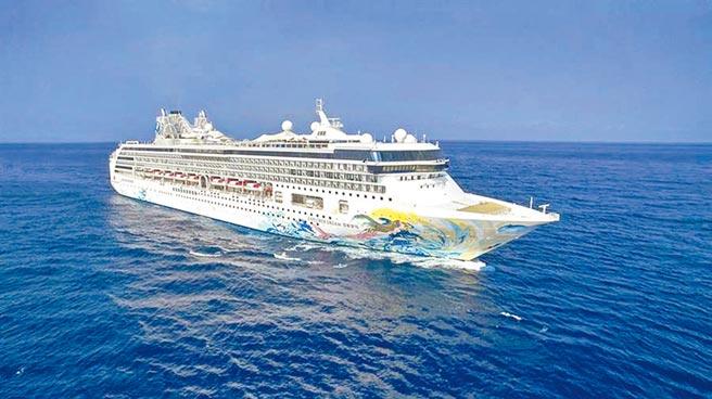 星夢郵輪「探索夢號」於昨(26)日來台展開全球首例國際郵輪復航跳島遊程。(星夢郵輪提供)
