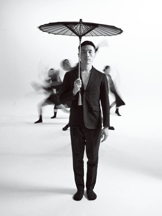 編舞家蔡博丞最新舞作《燈.影》和國家文藝獎得主潘皇龍合作,為他的管弦交響協奏曲作品《大燈對》編舞,舞者和紙傘、長桌、燈籠共舞,表現東方意象。(丞舞製作團隊提供)