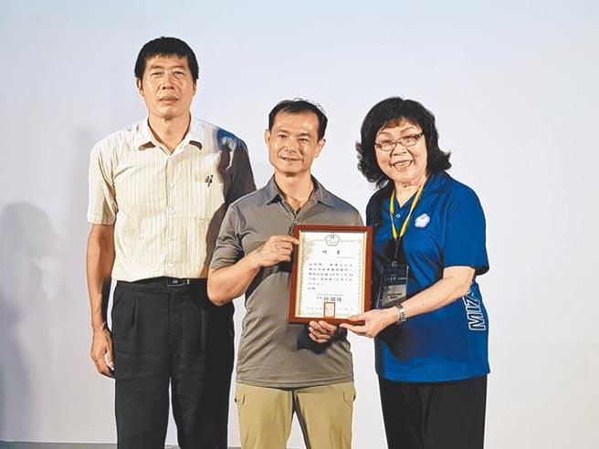 殘障運動總會會長穆閩珠(右)邀請李青忠(中)擔任特別顧問。(陳筱琳攝)