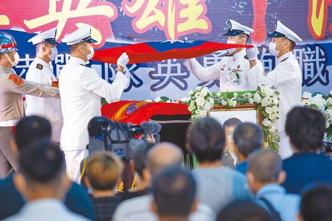 为表扬英勇殉职,军方特地将士官长陈志荣、下士蔡博宇的棺木特地覆上海军陆战队旗和国旗。(袁庭尧摄)