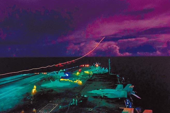 7月4日美國國慶日,美國雙航母進入南海,「尼米茲號」航母超級大黃蜂戰鬥機並夜間起飛演訓。 (取自美太平洋艦隊臉書)