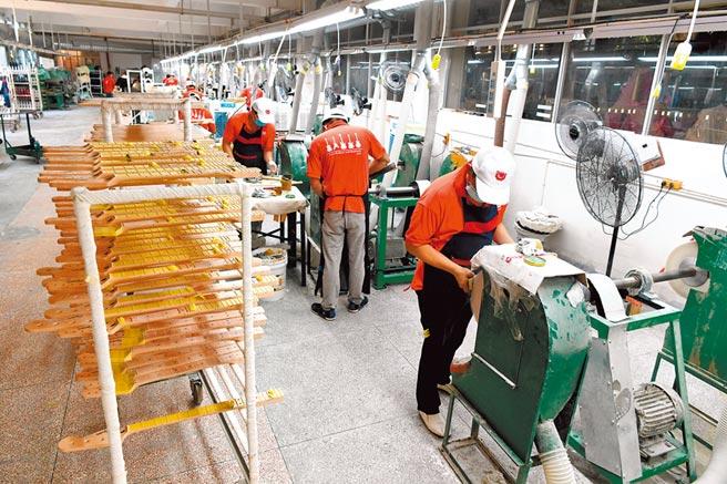 福建漳州为许多台商台企投资的热土。图为6月29日,一家台资企业的生产线。(中新社)