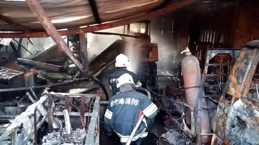 台中發電廠南六路貨櫃區今天凌晨3時許發生火災。(台中港務消防隊提供/陳淑娥台中傳真)