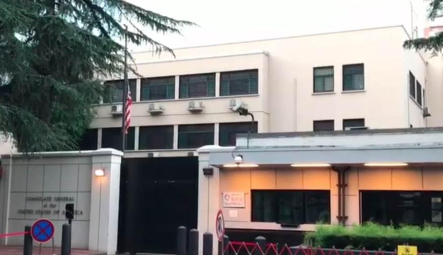 大陸限期美國72小時內關閉駐成都總領事館,27日清晨6時18分,陸媒拍到成都總領館降下美國國旗。(圖/擷取自中國環球電視網官方推特)