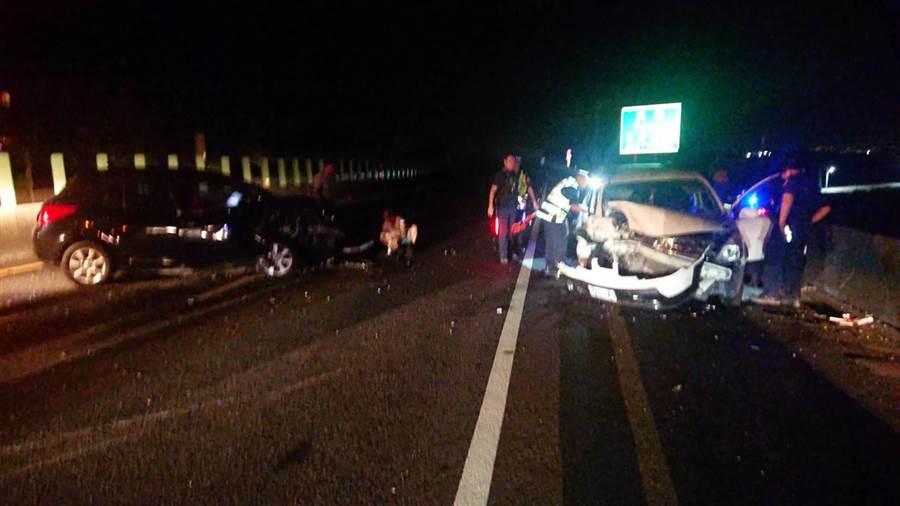 嘉義東西向快速公路台82線鹿草段昨日晚間10點27分發生自小客車逆向衝撞事故。(嘉義縣消防局提供/張毓翎嘉義傳真)