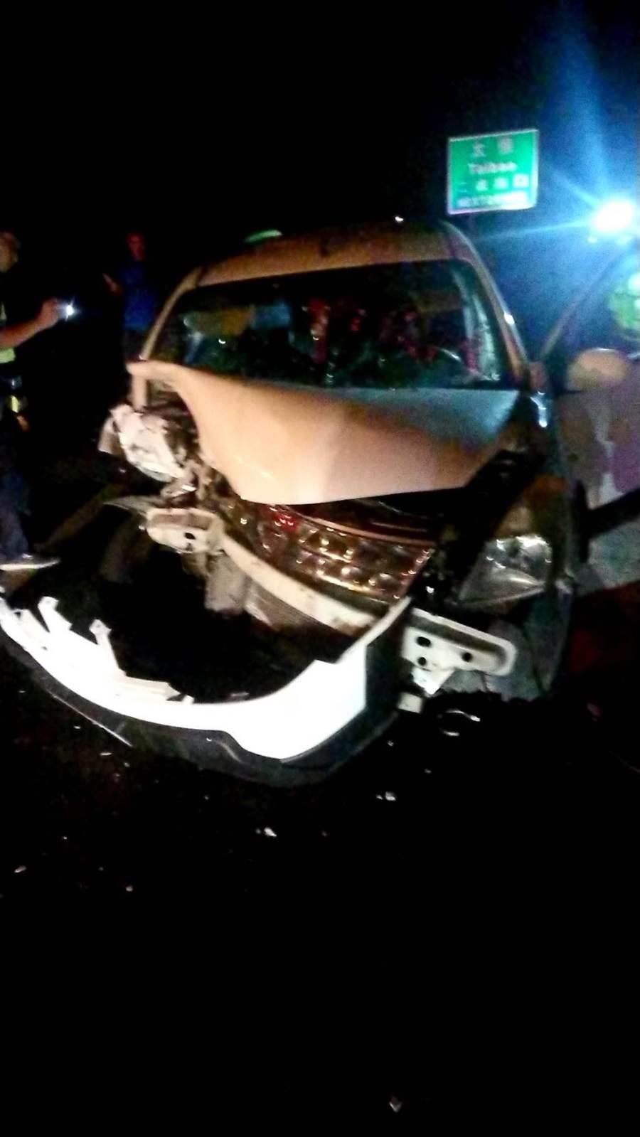 撞擊力道之大,2車車頭全毀,逆向的白色自小客車被撞飛到路肩。(嘉義縣消防局提供/張毓翎嘉義傳真)