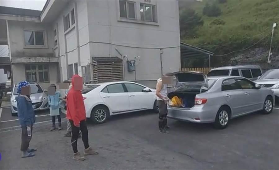 擋住2輛車輛進出的登山客,昨傍晚終於下山移車,並怒嗆被擋車主,態度囂張跋扈引起網友撻罰。(民眾提供/羅亦晽花蓮傳真)