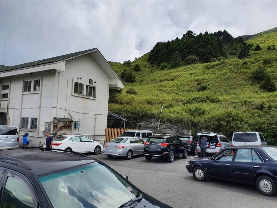 合歡山滑雪山莊停車場25日有車輛,見車格被停滿後,將車子停在車格前方,影響其他登山客。(警方提供/羅亦晽花蓮傳真)