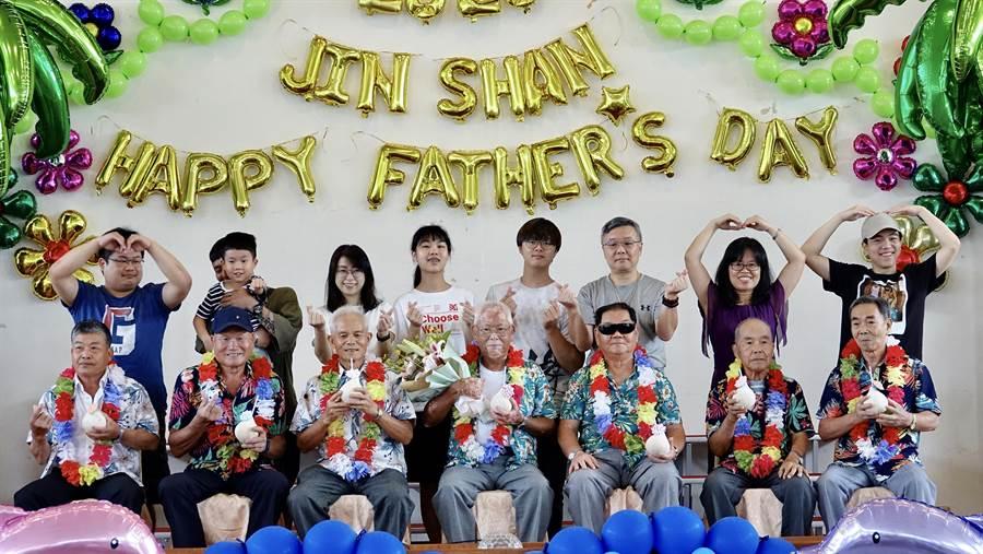 金山區7名模範父親穿花襯衫、喝椰子水,感受特別的表揚典禮。(金山區公所提供/許家寧新北傳真)