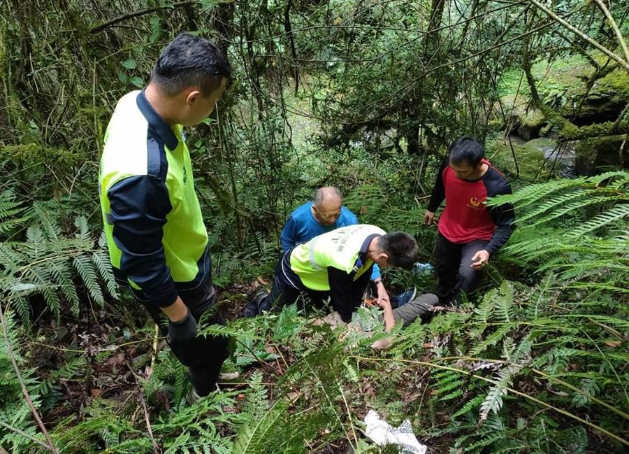 尖石鎮西堡巨木群發生登山客跌落山谷意外,救難人員發現67歲老翁已無生命跡象。(消防局提/羅浚濱新竹傳真)