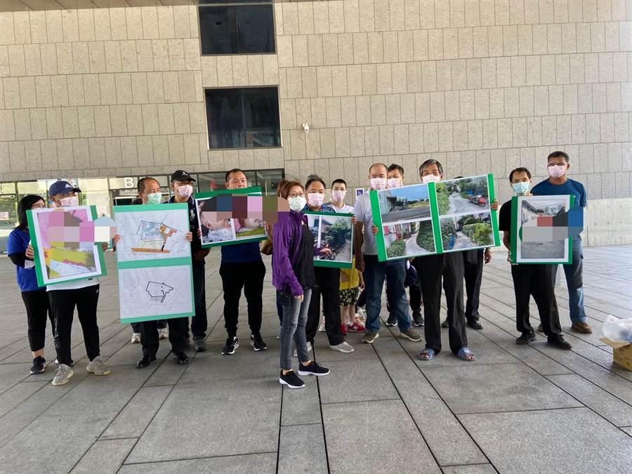 台中市大雅區上山二路附近一處社區住戶,27日至市府廣場抗議,要求幫忙解決回家卻無路可走的窘境。(盧金足攝)