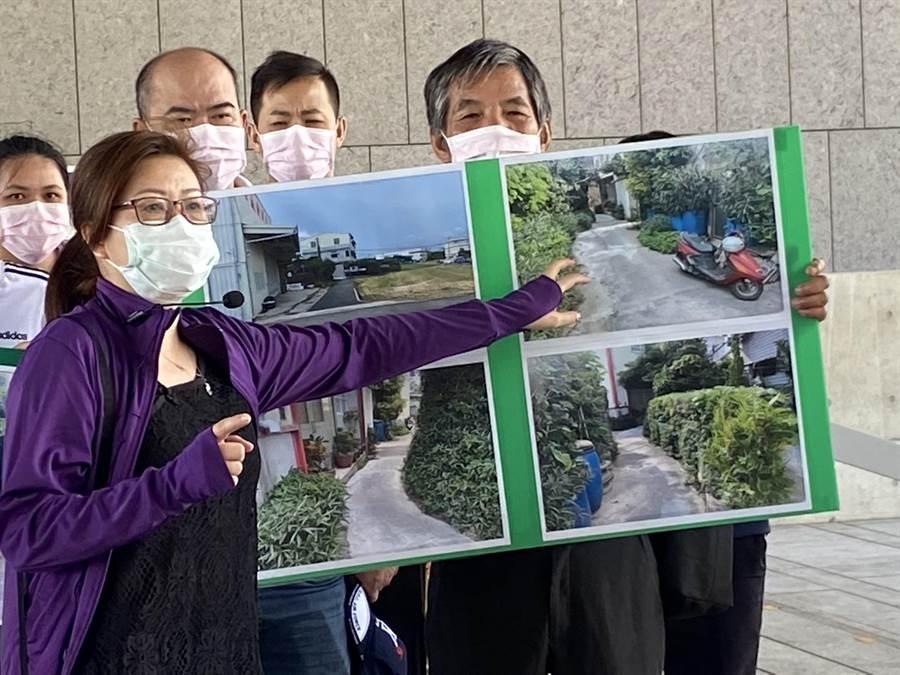 住戶27日抨擊巷道長年被堆積廢棄輪胎、雜草叢生,引來蚊蟲蛇類,擔心若火災連消防車都開不進來。(盧金足攝)
