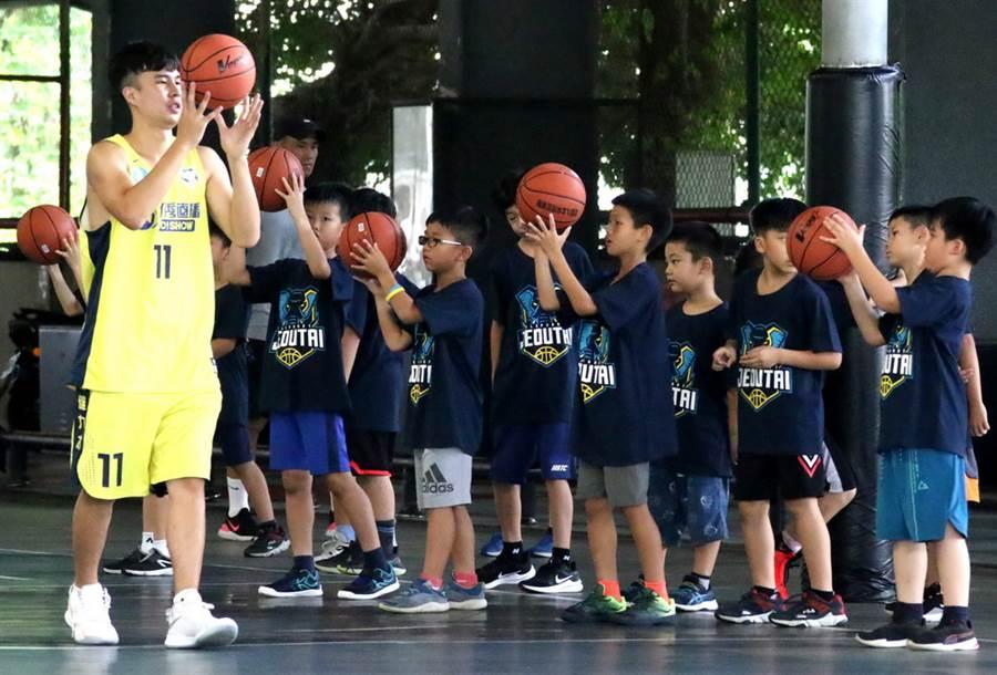 出身高雄的九太科技後衛柯旻豪親自示範籃球基本動作。(高雄市政府運動發展局提供)