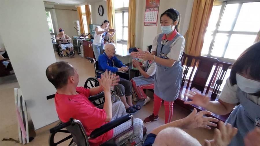 達德商工照服科今年首度與彰化榮家合作,與職業護理師一同實習,不管是環境整潔、長輩身體照顧、日常生活服務等等,還與長輩互動玩遊戲。(彰化榮家提供/吳建輝彰化傳真)