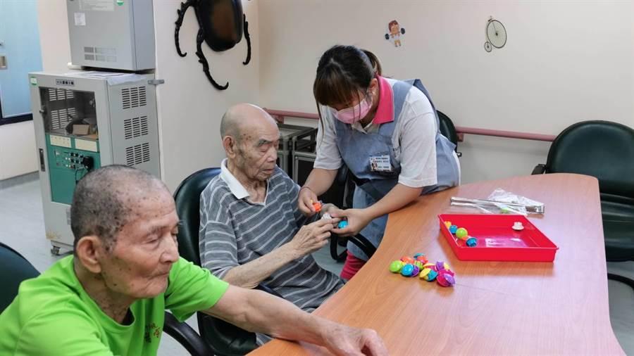 學生們也設計遊戲,與長輩互動,讓他們活動筋骨與腦部運用。(彰化榮家提供/吳建輝彰化傳真)